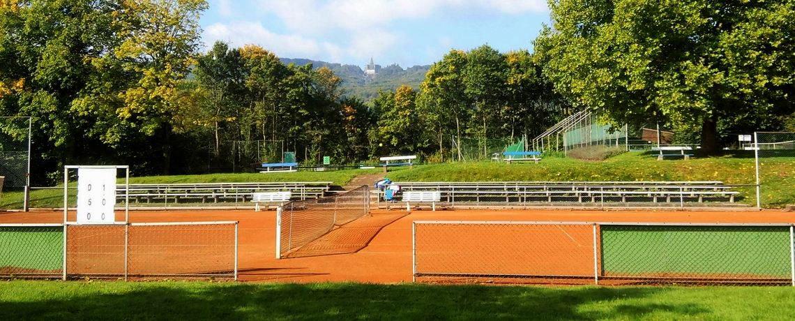 tennisplatz mit aussicht auf herkules